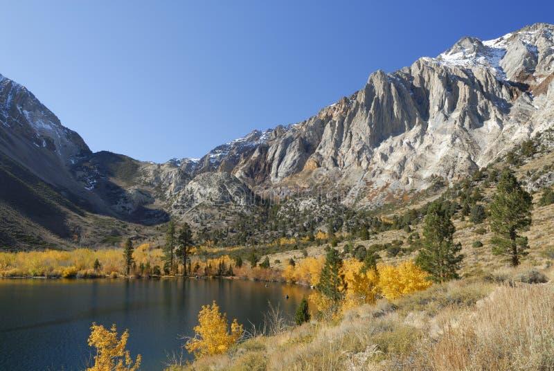 Opinión del otoño de un lago de la montaña fotos de archivo libres de regalías
