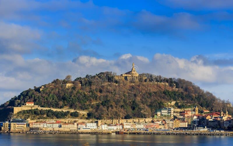 Opinión del paisaje de Izaburu Kalea de la ciudad y del soporte viejos Urgull en San Sebastian imagen de archivo
