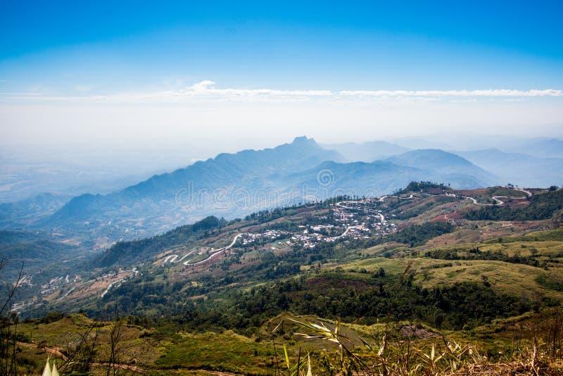 Opinión del paisaje de la alta montaña con el cielo azul nublado, niebla alrededor de la colina fauna hermosa del pico de la esce fotos de archivo libres de regalías