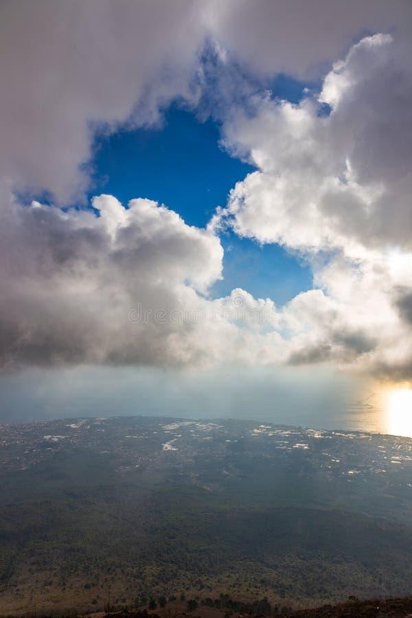 Opini?n del paisaje de las monta?as verdes hermosas y de la bah?a de N?poles del volc?n Vesuvio, Italia imagen de archivo libre de regalías