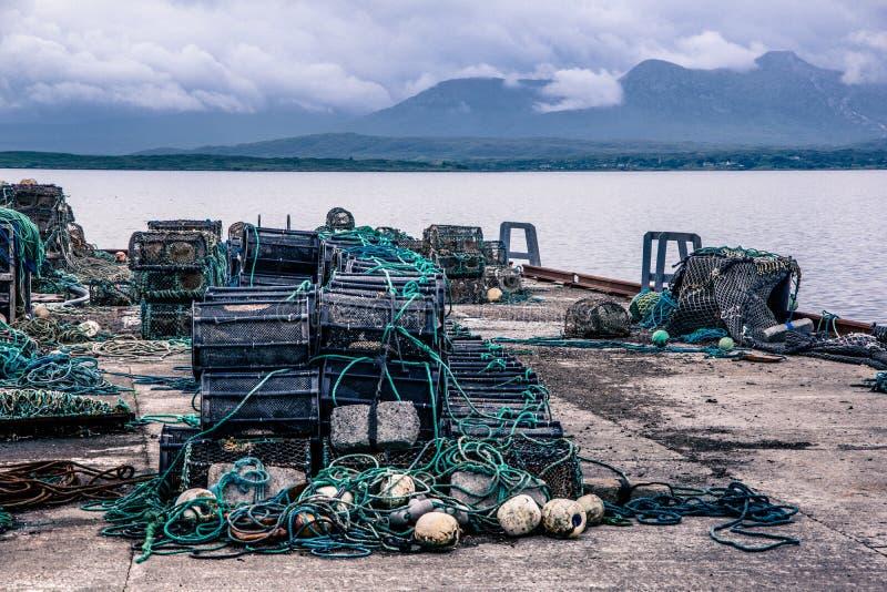 Opinión del paisaje de muchas trampas de los pescadores apiladas en filas en el sh imágenes de archivo libres de regalías