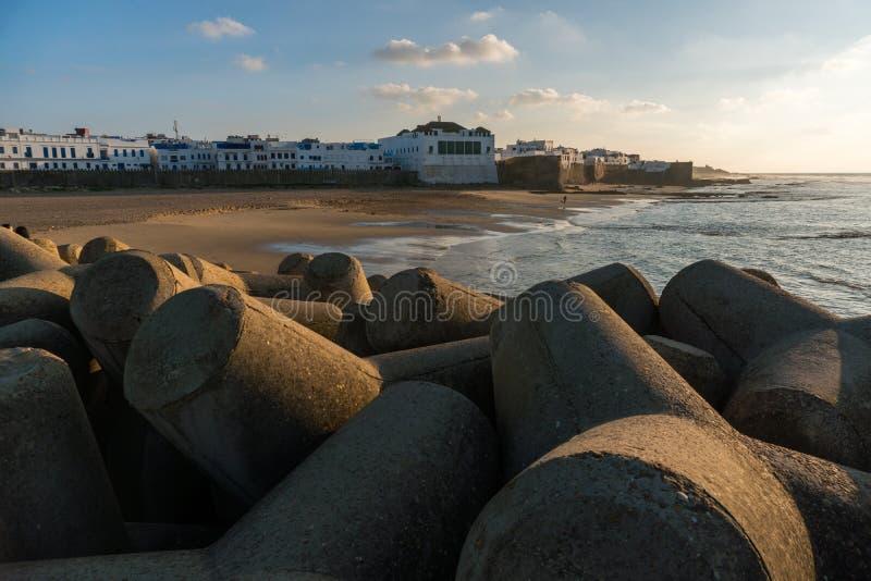 Opinión del paisaje de un embarcadero con las figuras formadas concretas en la ciudad costera de Asilah, Marruecos foto de archivo