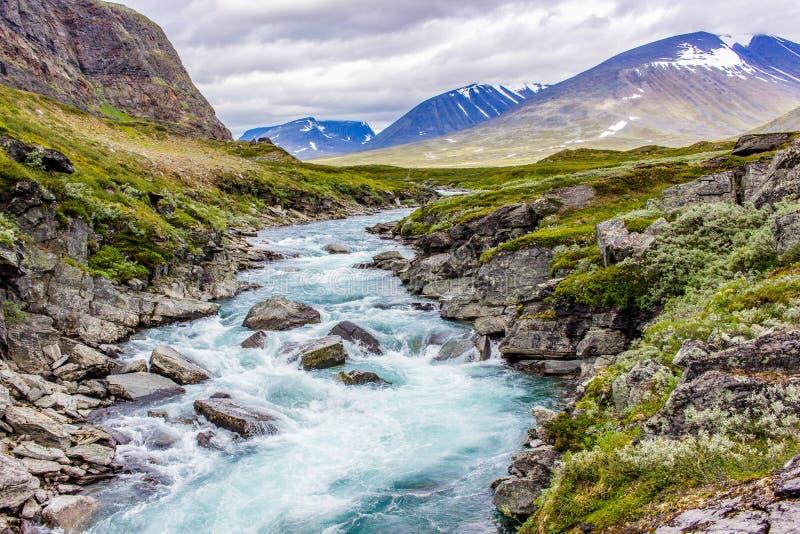 Opinión del paisaje en el norte sueco Río de las montañas, imagenes de archivo