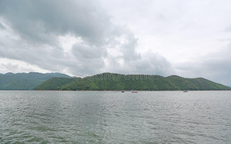 Opinión del paisaje del lago con la montaña en el kanchanaburi, Tailandia fotografía de archivo libre de regalías