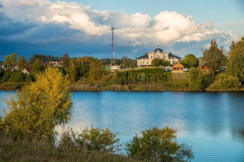 Opinión del paisaje del lago y nubes densas imágenes de archivo libres de regalías
