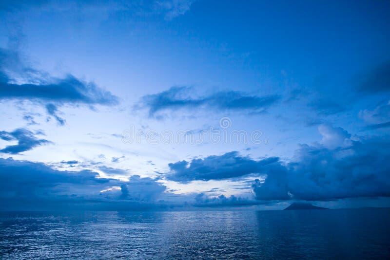 Opinión del paisaje marino de la playa Indonesia de Manado fotografía de archivo