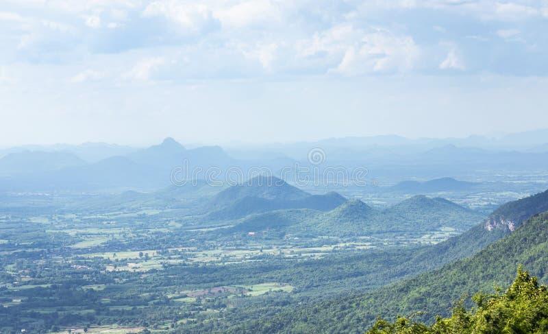 Opinión del paisaje sobre las montañas de la piedra caliza de la selva tropical del punto de opinión del PA Por de Phu en la prov imagen de archivo