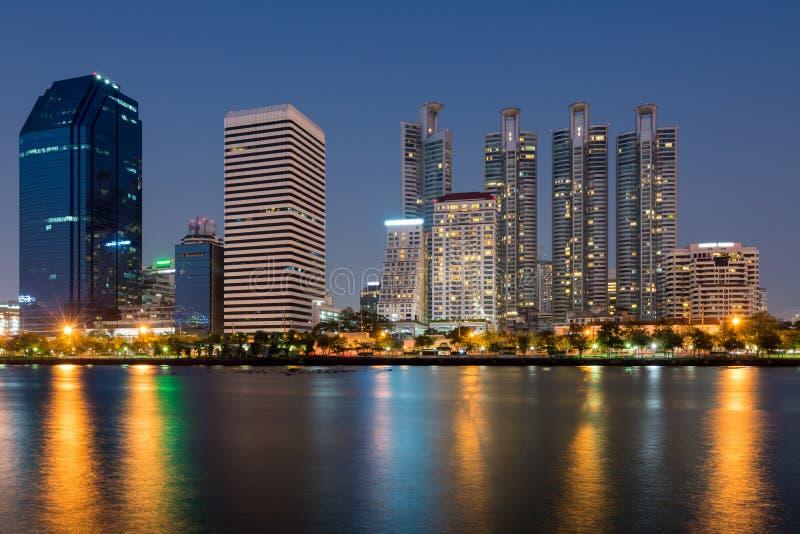 Opinión del paisaje urbano de Bangkok del parque público de Benjakitti en la noche, Tha foto de archivo