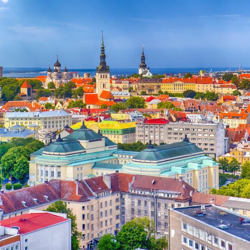 Opinión del paisaje urbano de la ciudad de Tallinn en la colina de Toompea en Estonia tiro fotografía de archivo