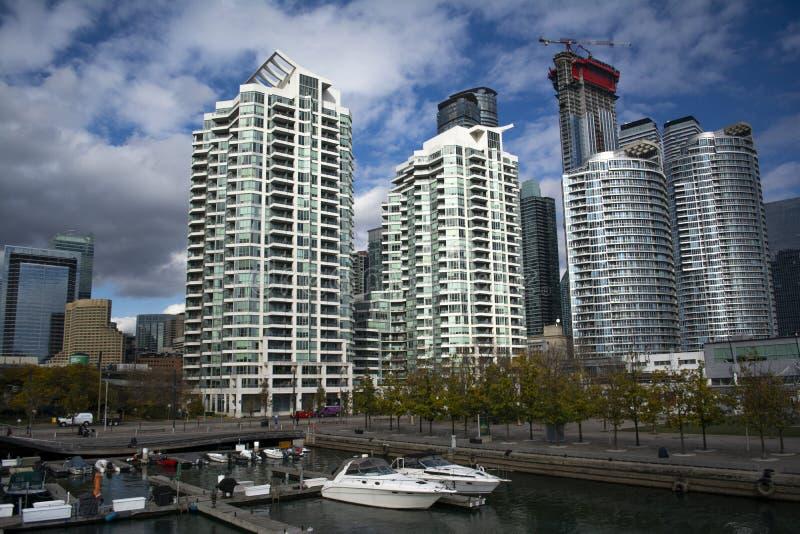Opinión del paisaje urbano de Toronto con el puerto deportivo imagenes de archivo
