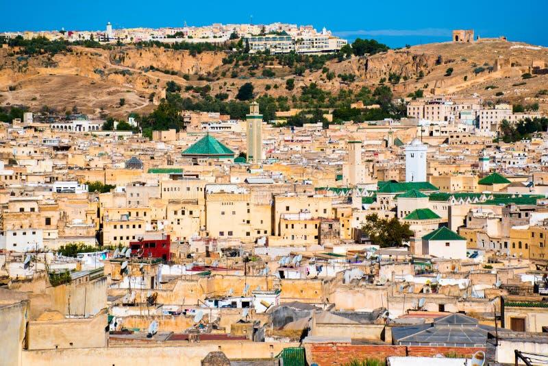 Opinión del paisaje urbano sobre los tejados del Medina más grande en Fes, Marruecos, África fotos de archivo