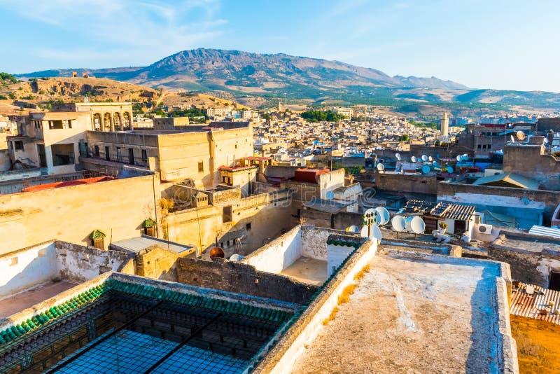 Opinión del paisaje urbano sobre los tejados del Medina más grande en Fes, Marruecos, África foto de archivo