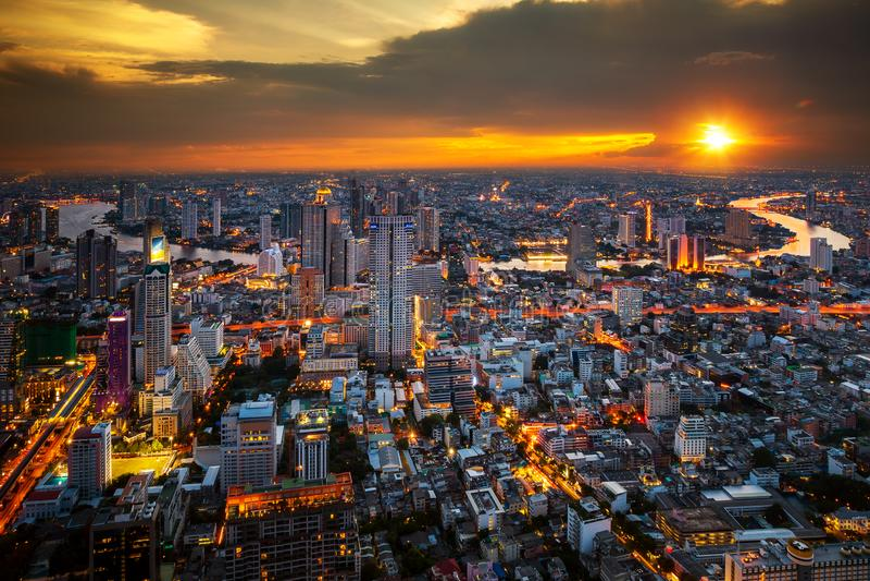 Opinión del paisaje urbano del top del tejado de la torre en Bangkokcity fotos de archivo