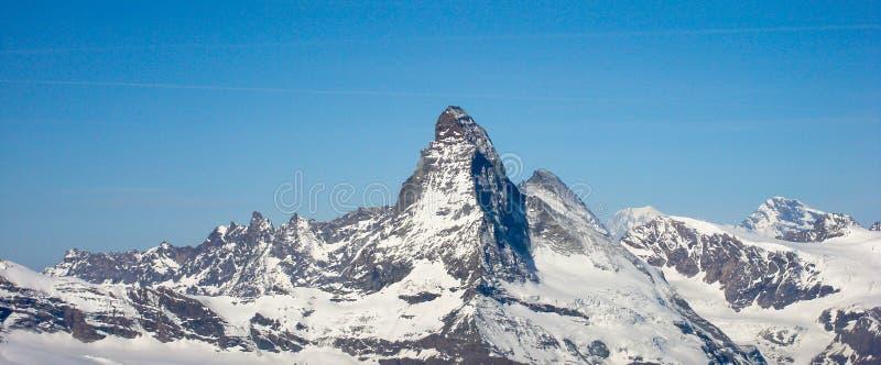 Opinión del panorama del Cervino y de las montañas circundantes en un día de invierno hermoso imágenes de archivo libres de regalías