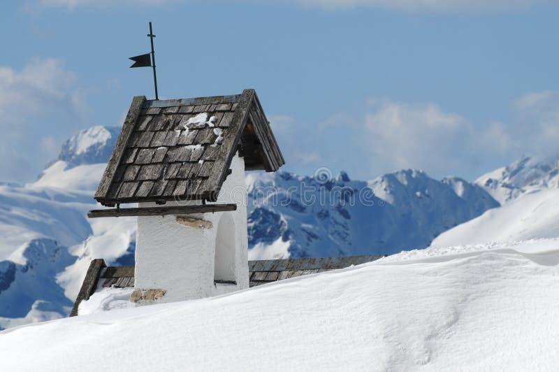 Opinión del panorama con la pequeña iglesia blanca en Passo Falzarego con Marmolada en fondo, Trentino, dolomías foto de archivo libre de regalías