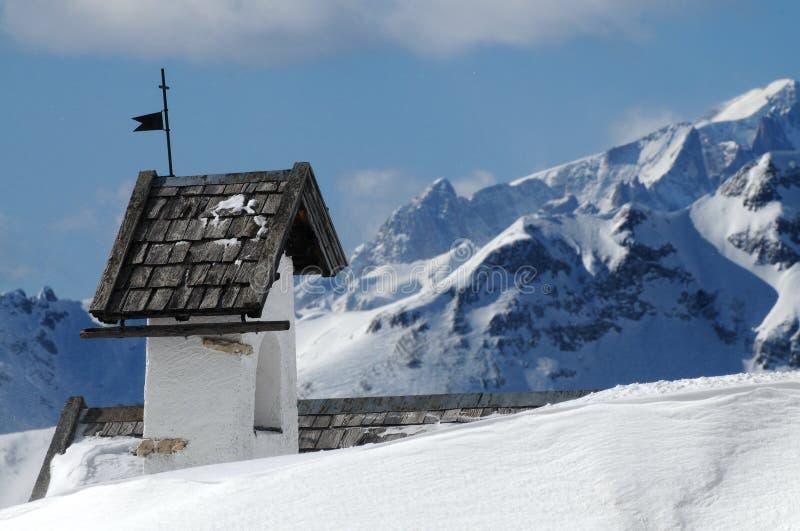 Opinión del panorama con la pequeña iglesia blanca en Passo Falzarego con Marmolada en fondo, Trentino, dolomías imagen de archivo libre de regalías