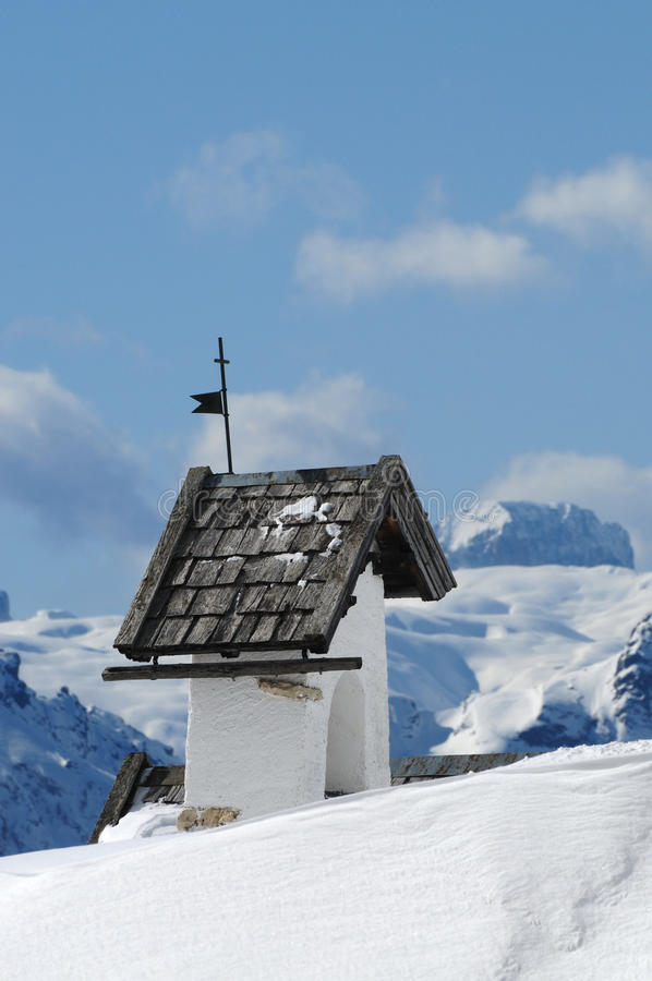 Opinión del panorama con la pequeña iglesia blanca en Passo Falzarego con Marmolada en fondo, Trentino, dolomías imagenes de archivo