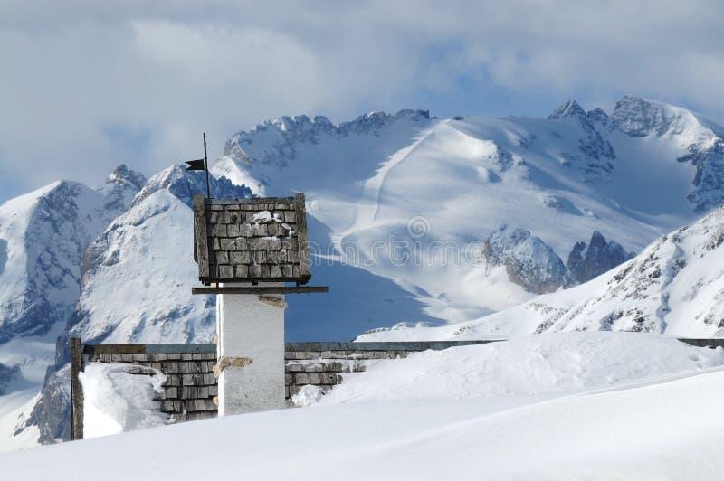 Opinión del panorama con la pequeña iglesia blanca en Passo Falzarego con Marmolada en fondo, Trentino, dolomías fotos de archivo libres de regalías