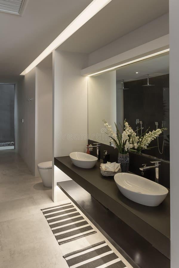 Opinión del panorama del cuarto de baño moderno agradable w del estilo foto de archivo libre de regalías