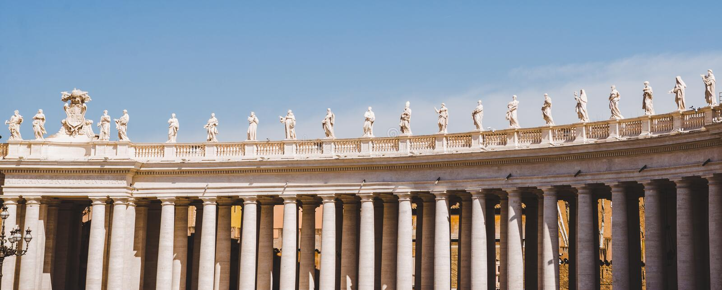 opinión del panorama de estatuas y de columnas imagenes de archivo