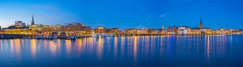 Opinión del panorama de Estocolmo Gamla Stan y del horizonte del paisaje urbano en la noche en Estocolmo, Suecia foto de archivo libre de regalías