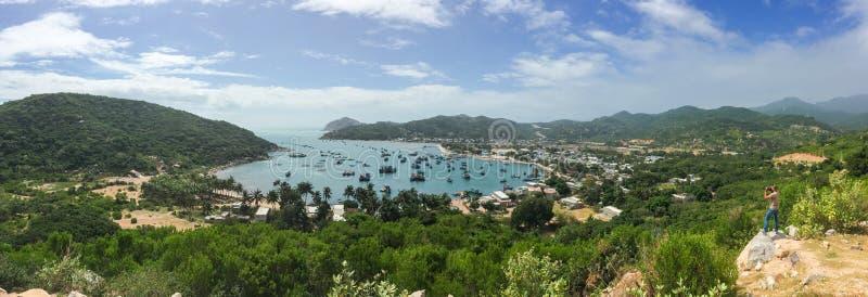 Opinión del panorama de la bahía de Vinh Hy en Nha Trang imagenes de archivo