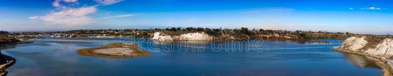 Opinión del panorama de la bahía de la parte posterior de la playa de Newport imagen de archivo libre de regalías