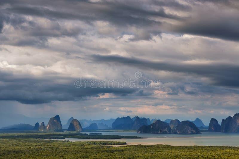 Opinión del panorama de la bahía de Phang Nga del punto de vista de Samet Nangshe, Tha foto de archivo libre de regalías