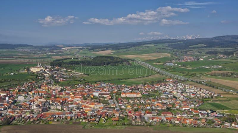 Opinión del panorama de la ciudad de Spisske Podhradie, Eslovaquia foto de archivo