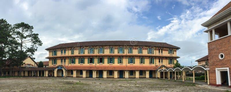 Opinión del panorama de la escuela de Yersin en Dalat, Vietnam imagenes de archivo