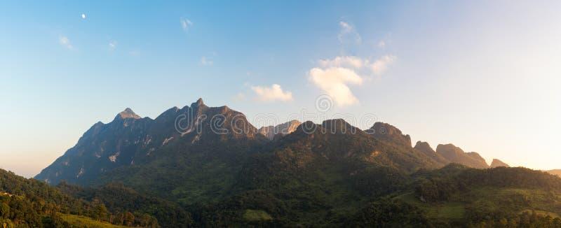 Opinión del panorama de la montaña de Doi Luang Chiang Dao durante puesta del sol fotografía de archivo libre de regalías