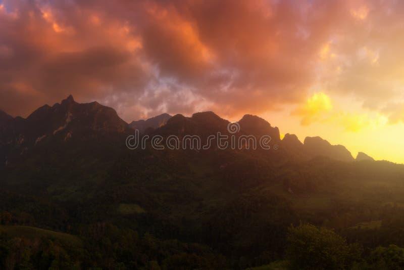 Opinión del panorama de la montaña de Doi Luang Chiang Dao durante sunse foto de archivo