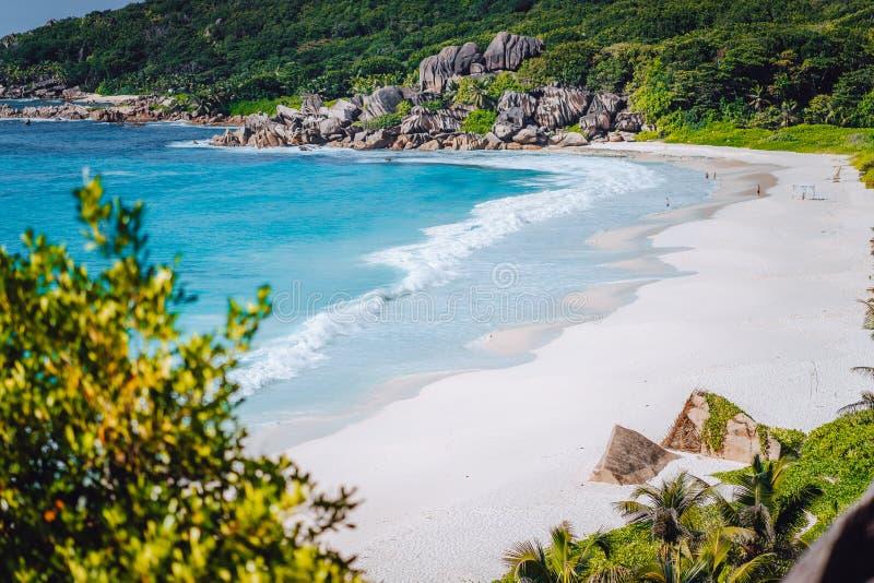 Opinión del panorama de la playa magnífica más hermosa de Anse en la isla de Digue del La en Seychelles Vacaciones de verano en t foto de archivo