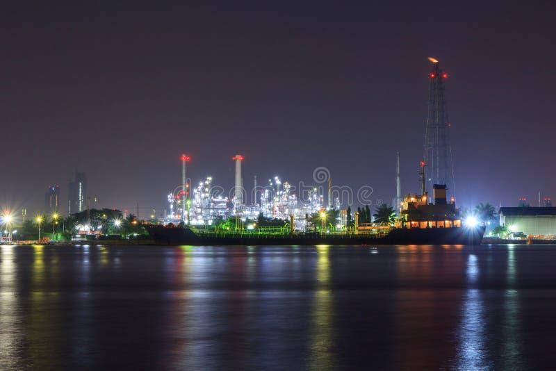 Opinión del panorama de la refinería de petróleo en el río fotos de archivo