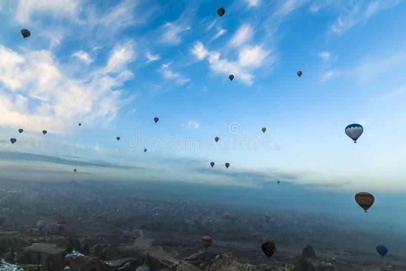 Opinión del panorama de los globos del aire caliente que vuelan sobre Cappadocia fotografía de archivo