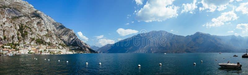 Opinión del panorama de Malcesine en el lago hermoso Garda, Italia foto de archivo libre de regalías
