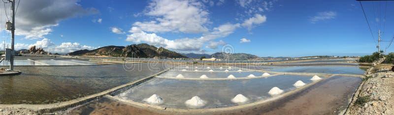 Opinión del panorama del campo de la sal en el pueblo de Ninh Diem, Vietnam imagenes de archivo