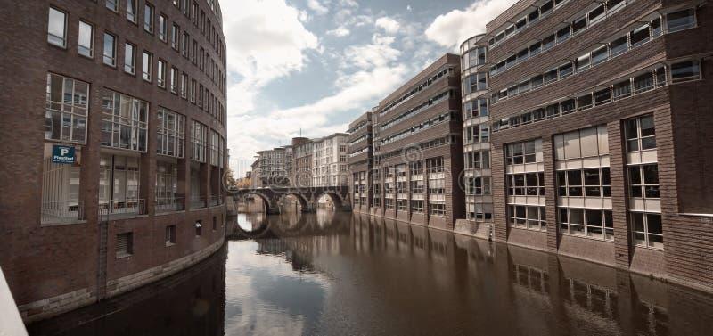 Opinión del panorama del canal del agua de Hamburgo, Alemania imagenes de archivo