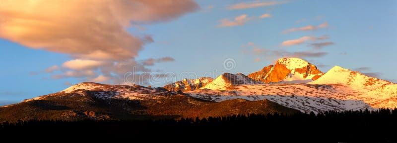 Opinión del panorama del pico Longs en la salida del sol foto de archivo