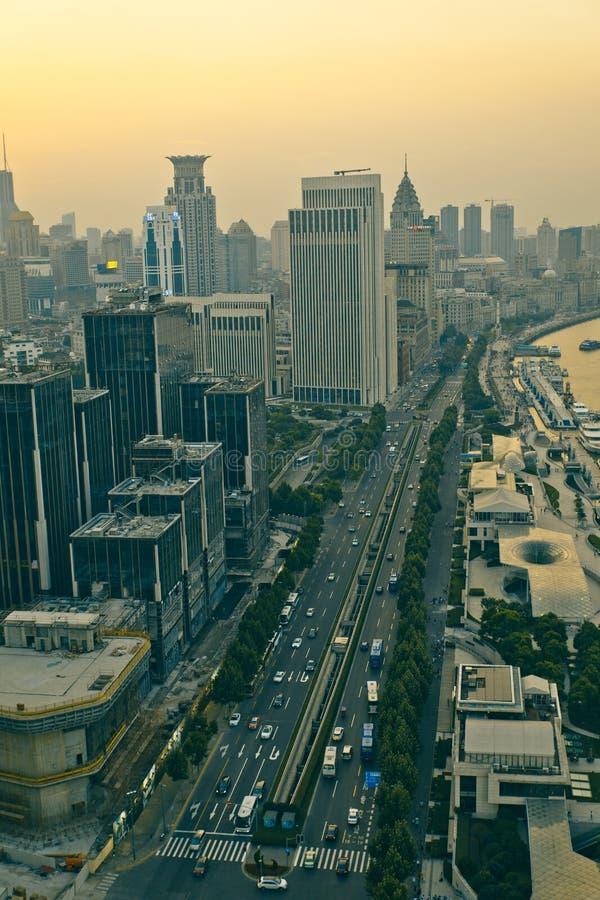 Opinión del panorama del scape de la ciudad de Shangai en tiempo de la puesta del sol fotografía de archivo