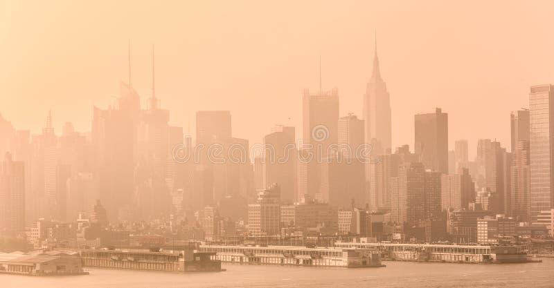 Opinión del panorama del horizonte de New York City Midtown Manhattan del bulevar vieja Glory Park del este sobre Hudson River foto de archivo libre de regalías