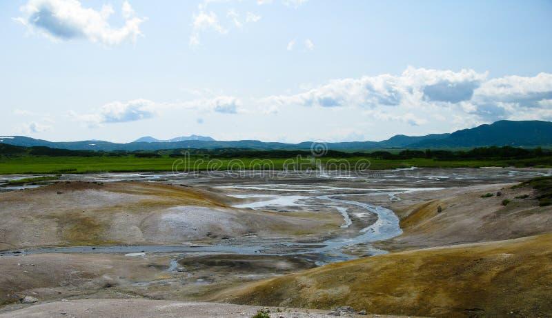 Opinión del panorama a la caldera del volcán de Uzon, Kamchatka, Rusia foto de archivo libre de regalías