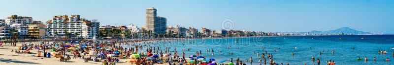 Opinión del panorama la gente que se divierte en agua y que se relaja en el complejo playero de Peniscola en el mar Mediterráneo  foto de archivo