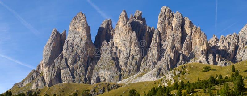 Opinión del panorama a las montañas en dolomía imágenes de archivo libres de regalías