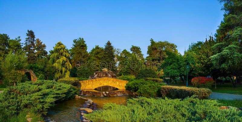 Opinión del panorama del puente de piedra en el parque municipal de Katerini fotografía de archivo libre de regalías