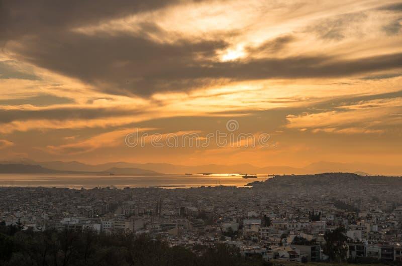 Opinión del panorama del puerto de Atenas en puesta del sol imagenes de archivo