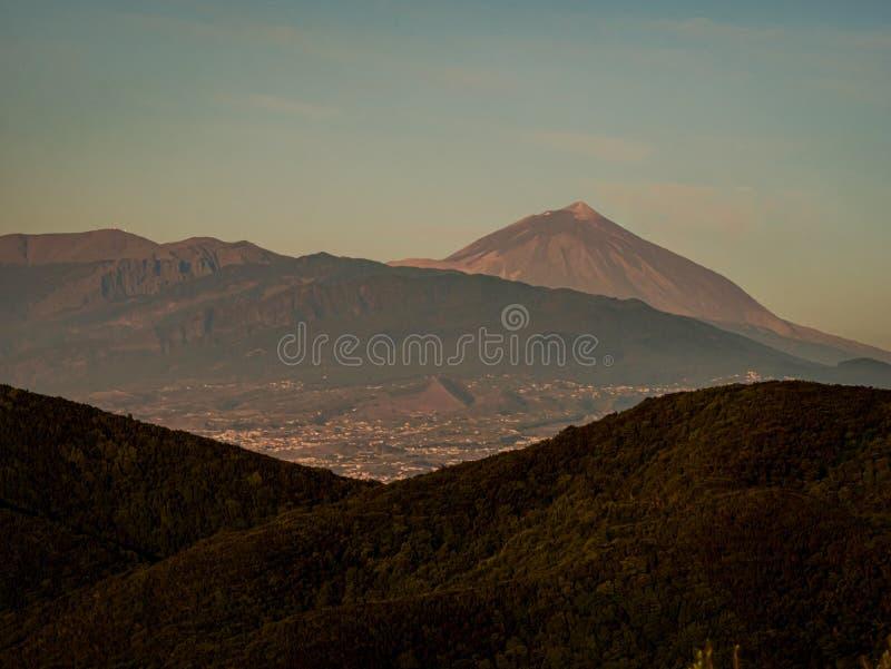 Opinión del panorama sobre la isla de Tenerife al volcán Pico del Teide fotos de archivo libres de regalías
