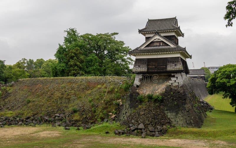 Opinión del panorama sobre la pared dañada, destruida y quebrada del castillo Kumamoto Capital de la prefectura Kumamoto, Jap?n foto de archivo libre de regalías