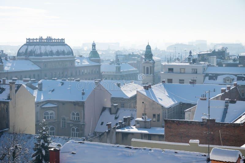 Opinión del panorama sobre Zagreb con las torres y los edificios históricos durante invierno con la nieve sobre los tejados, Zagr imagen de archivo libre de regalías