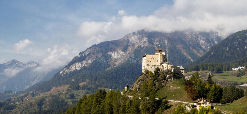 Opinión del panorama del valle de Tarasp con el castillo de Tarasp foto de archivo